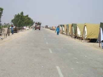道路沿いに立ち並ぶ避難所のテント