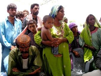 避難所で生活する人々