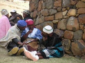 コミュニティにおけるミーティングで、支援する対象世帯を選定するため、真剣な表情で話し合う村人たち